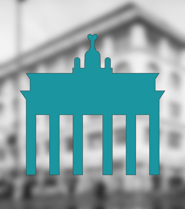 The Brandenburg Gate as a pictogram in the colour of petrol blue in front of a blurred photograph of a building.