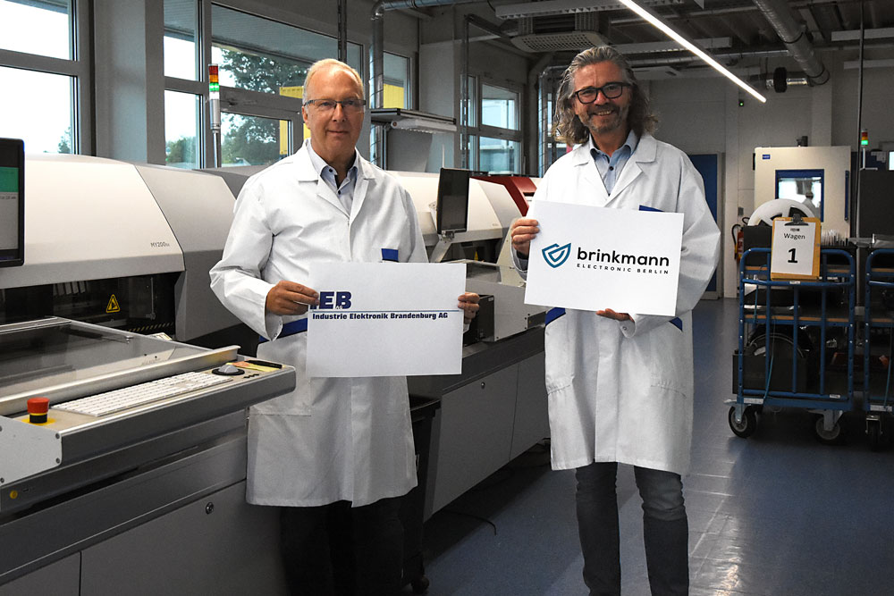 Hans Marold and Peter Brinkmann are standing in front of two machines